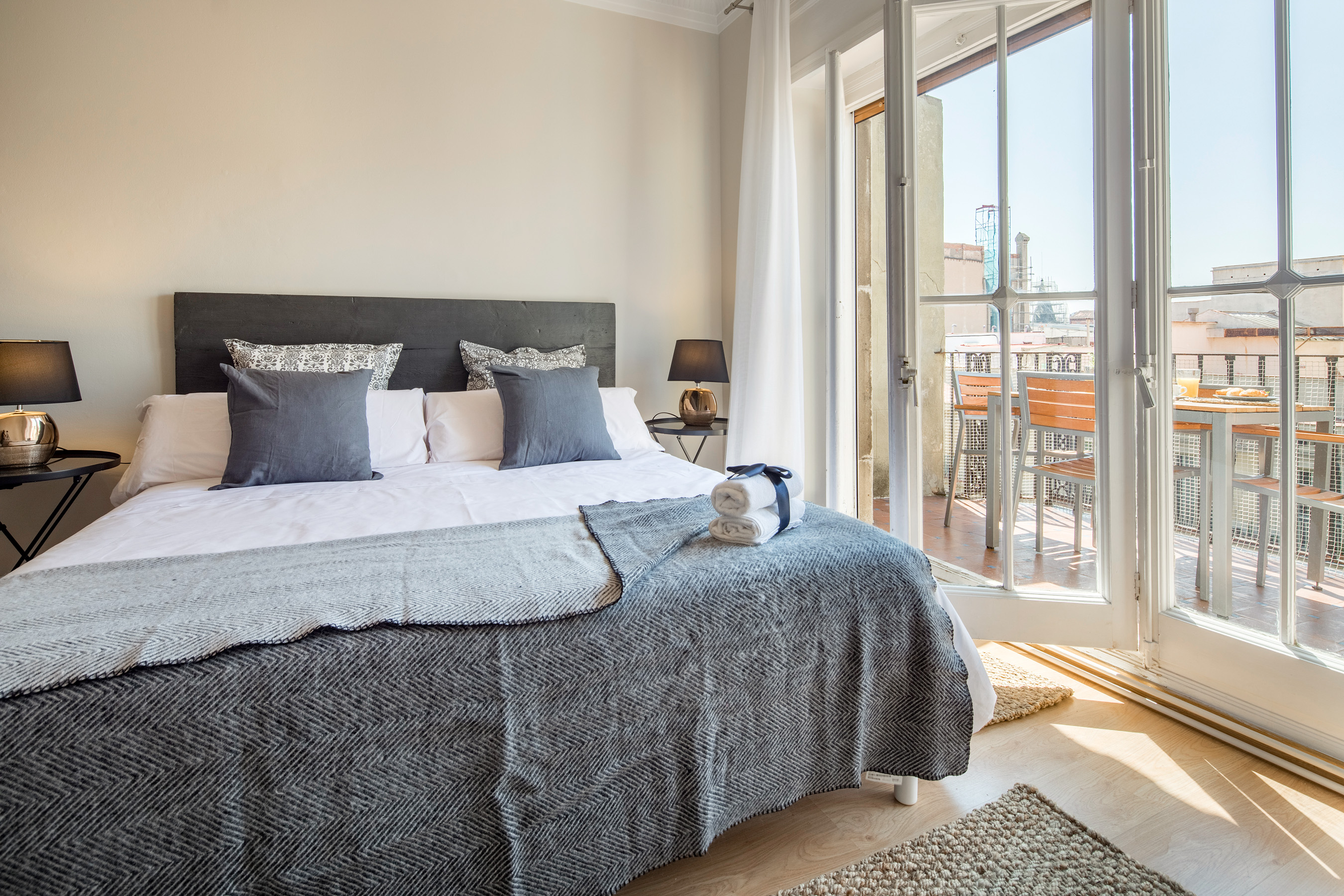 bailen terrace apartment barcelona bedroom 2 Beautiful Apartments with Terrace in Barcelona