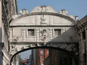 bridge of sighs 300x225 Une nouvelle ville vous attend : Venise !