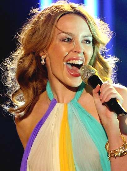 kylie minogue gallery  410x550 Kylie Minogue in concerto a Barcellona.