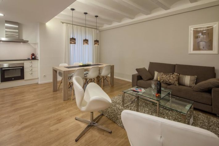 parlament balconies apartment barcelona living room e1533640764825 Barcelona's district: El Poble Sec